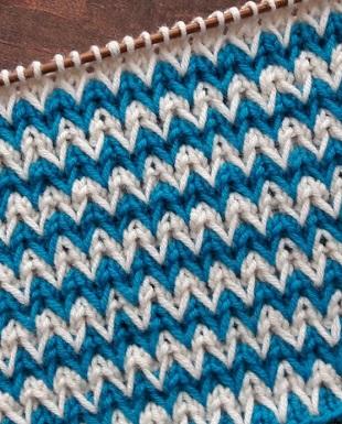 Образец вязания двухцветного узора спицами